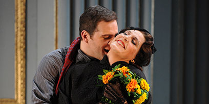 Riccardo Massi as Cavaradossi and Amanda Echalaz as Tosca.